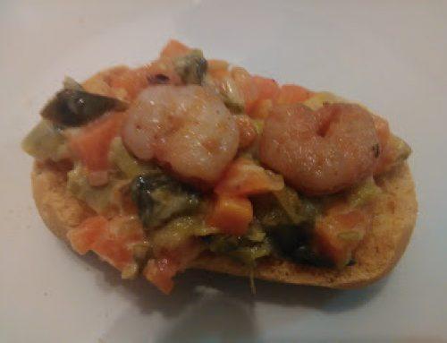 Tostas sem glúten com legumes e camarão