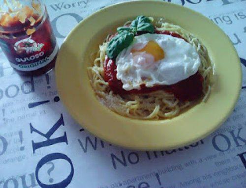 Esparguete e molho à Italiana com ovo estrelado e manjericão