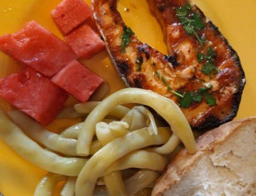 Salmão grelhado com feijão verde